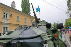 BTR-80 på gatan i Victory Day Pyatigorsk Ryssland Royaltyfri Fotografi