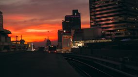 BTS地铁离开从驻地泰国与Skyscrappers和美丽的日落天空的地铁在背景 4K 股票录像
