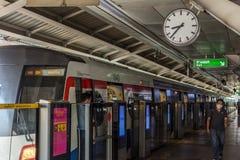 BTS有时钟的skytrain火车在驻地 免版税库存图片