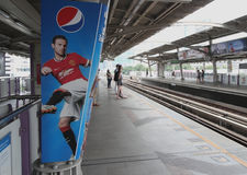 BTS驻地,曼谷,泰国 2014年12月13日,英格兰足球超级联赛的足球运动员广告板在BTS驻地的在曼谷 图库摄影