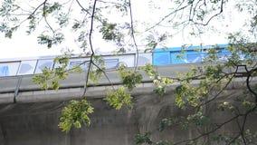 BTS nieba pociągu masowy system tranzytowy, rusza się przyjeżdżać w platformie środkowy biznesowy teren Bangkok zdjęcie wideo