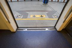 BTS nieba pociągu przerwy przy stacją drzwi otwarty platforma tam są strzałami podpisują za kierunku fracht obrazy stock