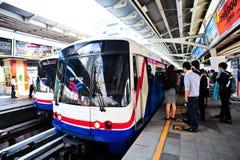 BTS o Skytrain en una estación en Bangkok Imágenes de archivo libres de regalías