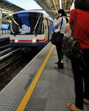BTS o Skytrain que llega una estación en Bangkok Foto de archivo