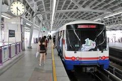 BTS oder Skytrain an einer Station in Bangkok Lizenzfreie Stockfotos