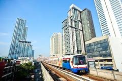 BTS ou Skytrain à une gare à Bangkok Image libre de droits