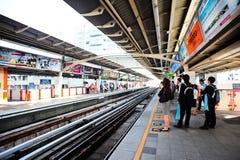 BTS ou Skytrain à une gare à Bangkok Photos libres de droits
