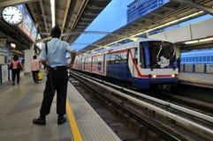 BTS ou train de ciel à une gare de Bangkok Images libres de droits