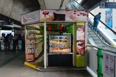 BTS Skytrain驻地的蛋糕商店 免版税库存照片