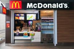 BTS Skytrain驻地的Mac Donalds报亭 免版税库存照片