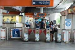 BTS Skytrain驻地通过的乘客 库存照片