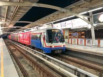 BTS Skytrain arrêté à la station de Ratchathewi Photographie stock
