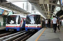 BTS Skytrain an einer Bahnstation in zentralem Bangkok Lizenzfreie Stockfotografie