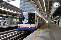BTS Skytrain an einer Station in zentralem Bangkok Stockfotografie