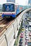 BTS Skytrain en los carriles elevados en Bangkok central Imagen de archivo