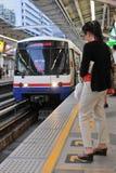 BTS Skytrain en una estación en Bangkok central Imágenes de archivo libres de regalías