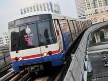 BTS Skytrain op Opgeheven Sporen in Bangkok Royalty-vrije Stock Foto's