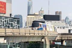 BTS Skytrain ou a passagem de corrida Siam Discovery e Art Gallery do sistema de transporte p?blico de Banguecoque em Banguecoque foto de stock royalty free