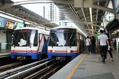 BTS Skytrain på en drevstation i centrala Bangkok Royaltyfri Fotografi