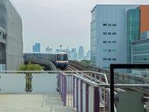 BTS Skytrain que vai dentro à estação fotos de stock