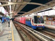 BTS Skytrain som stoppas på den Ratchathewi stationen Royaltyfri Bild