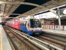 BTS Skytrain som stoppas på den Ratchathewi stationen Arkivbild