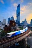 BTS Skytrain widok z lotu ptaka Bangkok nowożytni budynki biurowi kondominium w Bangkok mieście i obraz royalty free