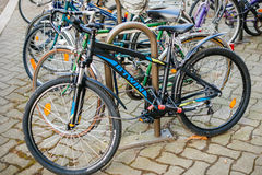 BTwin现代自行车在市中心 免版税库存照片