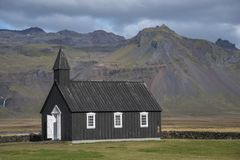 Buðir黑人教会, Snæfellsness半岛1的南部的边缘 免版税图库摄影