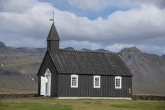 Buðir黑人教会, Snæfellsness半岛7的南部的边缘 免版税库存图片