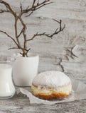 Buñuelo con el azúcar en polvo y la taza de leche Fotos de archivo libres de regalías
