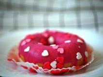 Buñuelo de la torta con los pequeños corazones imagenes de archivo