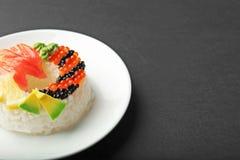 Buñuelo del sushi en fondo Foto de archivo libre de regalías