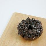 Buñuelo oscuro del chocolate (buñuelo) Foto de archivo