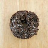 Buñuelo oscuro del chocolate (buñuelo) Fotos de archivo libres de regalías