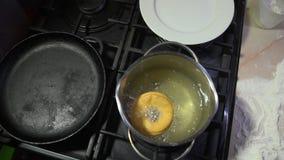 Buñuelo que fríe en aceite en una cacerola metrajes