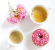 Buñuelo y café rosados Imagen de archivo
