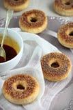 Buñuelos cocidos sanos con la salsa salada del caramelo Foto de archivo
