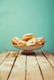 Buñuelos con el azúcar de formación de hielo para la celebración del día de fiesta de Jánuca Foto de archivo libre de regalías