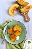 Buñuelos de la calabaza con la salsa del yogur Imagenes de archivo