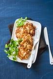 Buñuelos de la coliflor y del pollo en un fondo azul, visión superior Aperitivo delicioso imagen de archivo libre de regalías