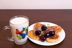 Buñuelos de la cuajada con leche Fotos de archivo libres de regalías