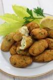 Buñuelos del bacalao de sal (bacalhau, bacalao), croquetas Imagenes de archivo