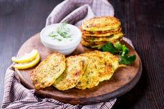 Buñuelos del calabacín con las hierbas y el queso Feta Foto de archivo libre de regalías