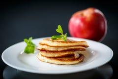 Buñuelos fritos con las manzanas Imágenes de archivo libres de regalías