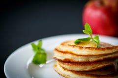 Buñuelos fritos con las manzanas Fotografía de archivo