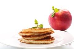 Buñuelos fritos con las manzanas Fotos de archivo libres de regalías