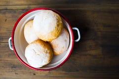 Buñuelos hechos en casa cubiertos con el polvo del azúcar Imagen de archivo