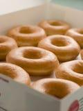 Buñuelos helados del anillo en una bandeja Foto de archivo
