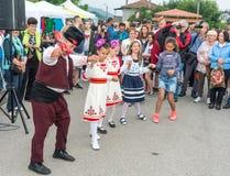 Bułgaria Dziecka ` s taniec z dorosłymi na Nestenar grach w wiosce Bulgarians Fotografia Stock